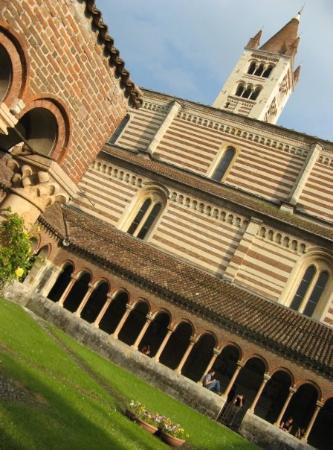 Basilica di San Zeno Maggiore: ...zvenku...