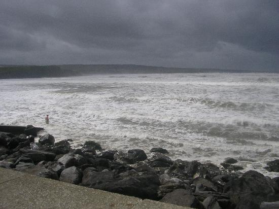 Vaughan Lodge: waves smile in Lahinch
