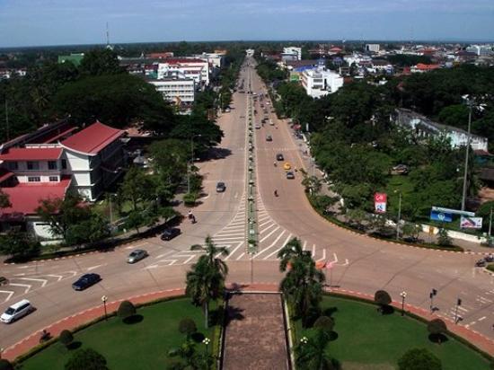 ประตูชัย: Avenue Lane Xang from Patuxai's view deck