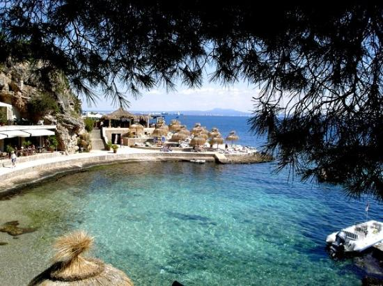Illetes, İspanya: A favorite beach area in Illetas, Mallorca - at the point is a great restaurant for lunch or din