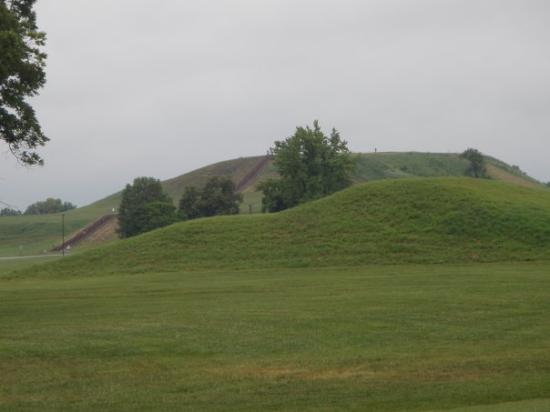 คอลลินสวิลล์, อิลลินอยส์: Monks Mound at Cahokia Mounds Historic Site in Collinsville, Illinois.