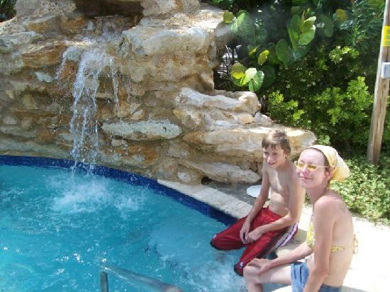 Courtyard Hutchinson Island Oceanside/Jensen Beach: Jacuzzi with waterfall and tropical landscaping