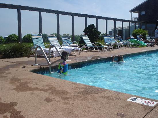 Riviera Beach Resort: Outdoor pool area - 4 foot deep section