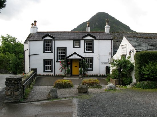 ‪‪Loweswater‬, UK: Inn front entrance, note the fell...‬
