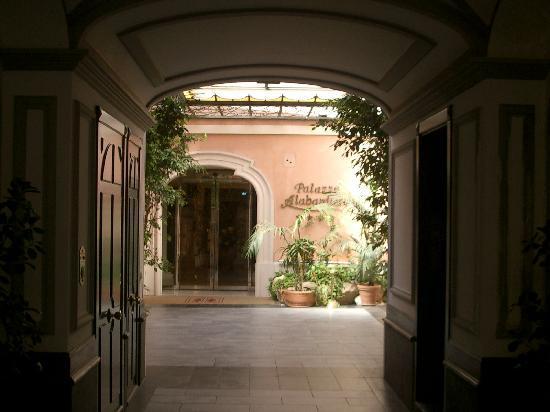 Hotel Palazzo Alabardieri: entrance