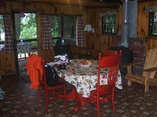 Cochran's Cabins: Living/Dining Room