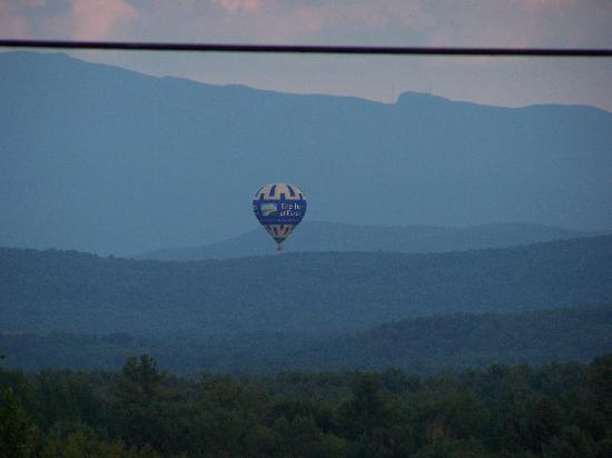 The Inn At Grace Farm B&B: a nice treat - the hot air balloon (except an advertisement)