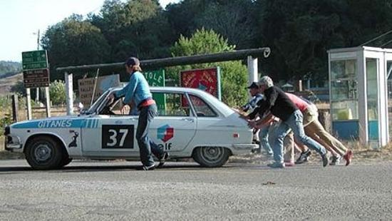 Honeydew, แคลิฟอร์เนีย: Push starting the Renault before it catches on fire.  Ah... rally racing.