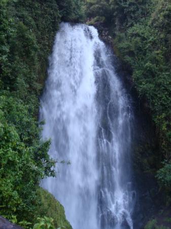 Quito, Ecuador: cascade pres de Otavalo