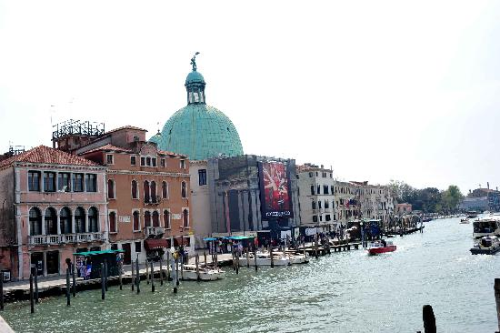 Zecchini Hotel: the view from the closest water taxi stop