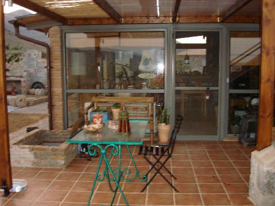 Apopsis: patio/sitting area