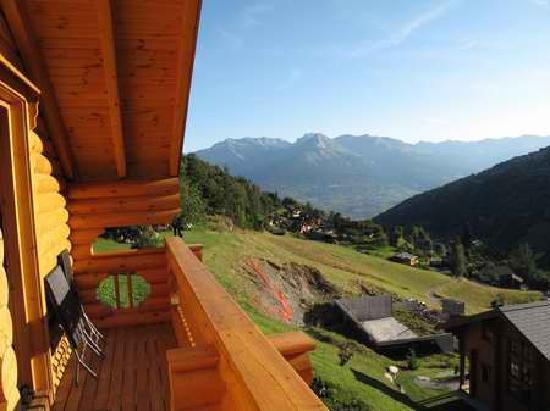 Alpine Comfort: blick vom schlafzimmer balkon ins tal