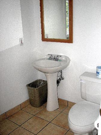 Cascade Lodge : no frills bathroom