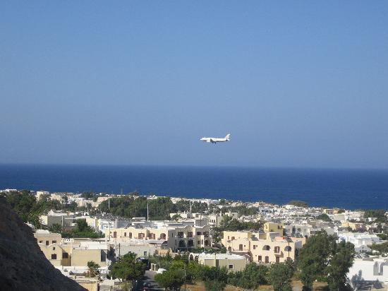 Aegean View Hotel : Plane coming into land