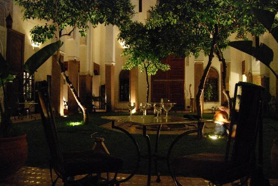 Riad Laaroussa Hotel and Spa : Ambiance dîner dans le patio