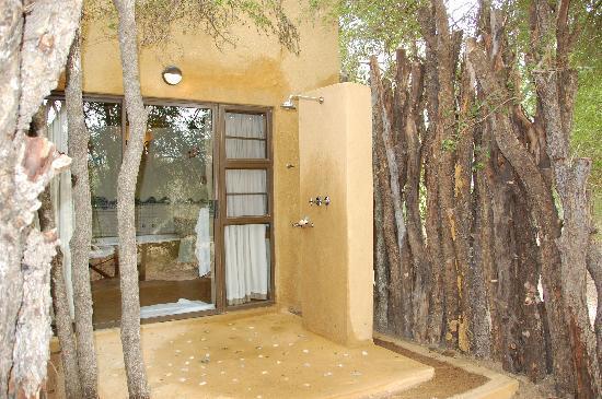 Vuyatela Lodge & Galago Camp: outdoor shower