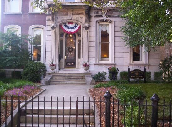 Dupont Mansion B&B: Welcoming Entry to the Dupont Mansion