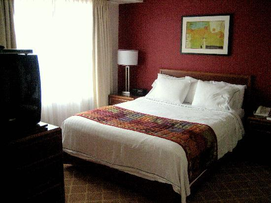 Lakeview Signature Inn Calgary Airport - A Suite Hotel: Bedroom Area