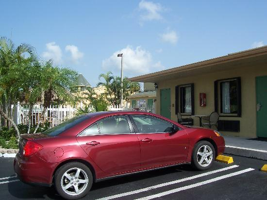 Florida City, FL: Parking right in front of your room!