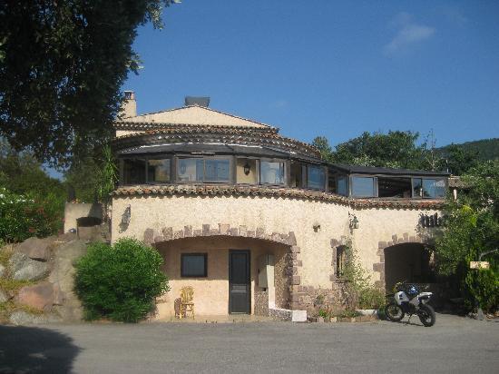 Hotel l'Estirado des Adrets : le batiment avec le restaurant