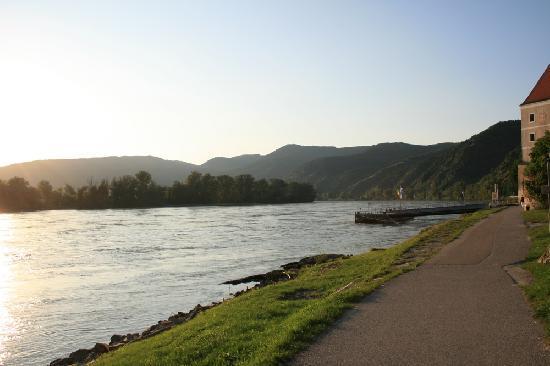 Gartenhotel & Weingut Pfeffel Dürnstein: Wachau Danube in sunset