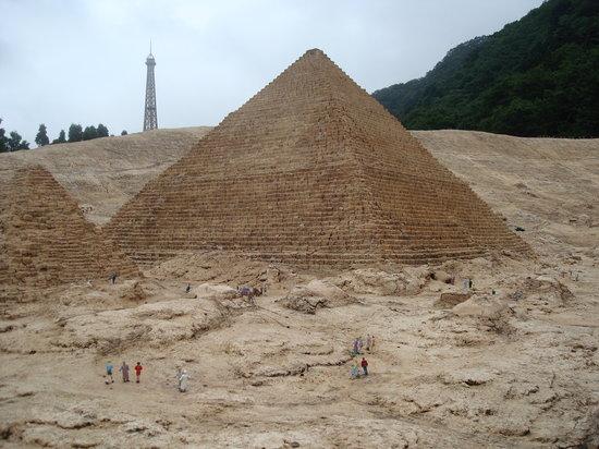 Nikko, Giappone: ピラミッドのバックに、エッフェル塔と木々が・・・・