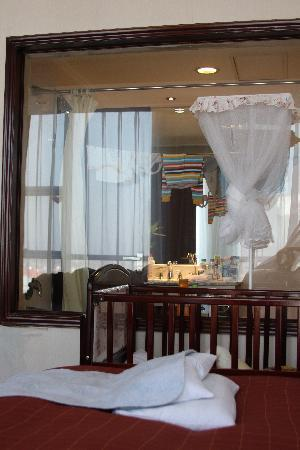 Tiangui International Hotel : Glass paned window between the bathroom and bedroom