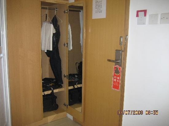 Louie Business Hotel: Closet is near the door