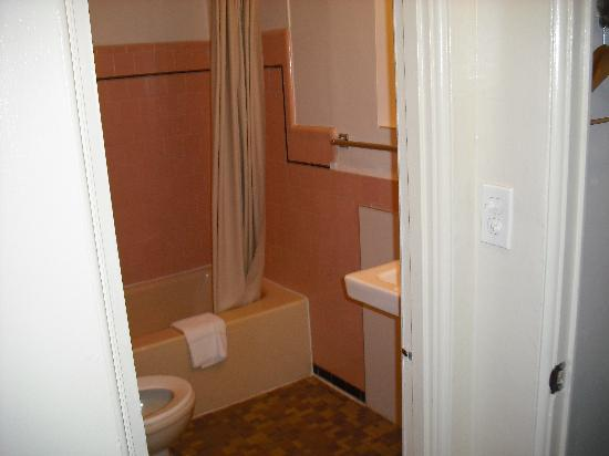 Broadway Inn: Dated Bathroom
