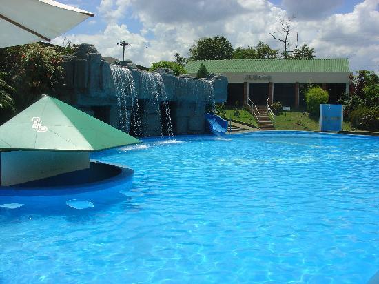 Foto de exe hotel cataratas puerto iguaz piscina grande for Cataratas para piscinas