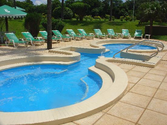 Exe Hotel Cataratas: yacuzzi al lado de la piscina