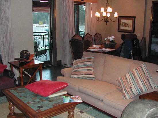 Glacier Canyon Lodge: very cozy living room