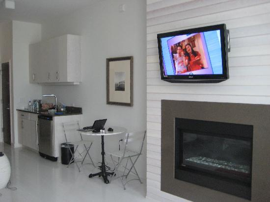 Bungalow Hotel: Flat screen tv with DVD and fireplace