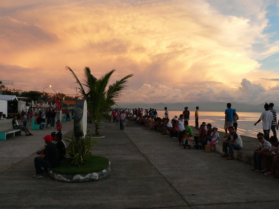 "Dipolog, Philippinen: The Boulevard, looking South. Not a ""Westerner"" in sight !"