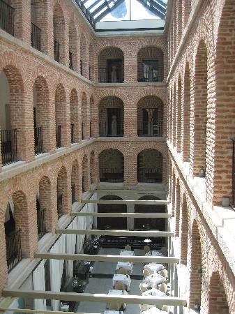 Parador de Turismo de La Granja: Looking into central atrium