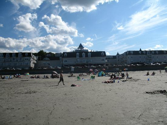 Hull, MA: Picture of hotel from the beach