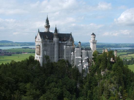 Hohenschwangau, เยอรมนี: castle from bridge, facade shrouded