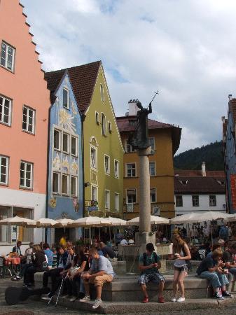 Hohenschwangau, เยอรมนี: crowds enjoy the late sunshine in Fussen Square