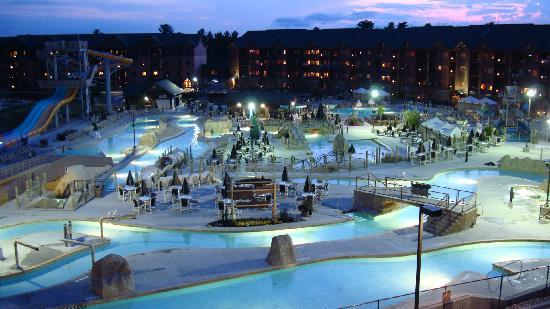 Glacier Canyon Lodge: Waterpark at Night