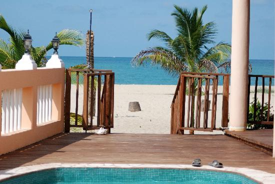 Mirasol Beach Apartment: View from the pool to the beach