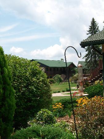 Switzerland Inn : Beautiful grounds surrounding restaurant and inn