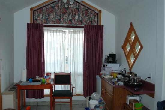 White Wolf Inn : Room entrance. Kitchenette and dining area.