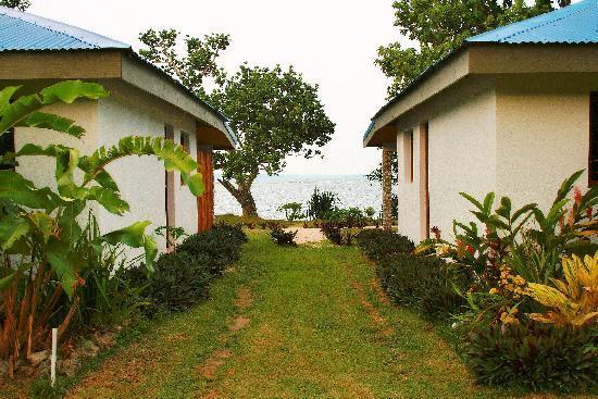 Tara Beach Bungalows: View between bungalows at Tara Beach