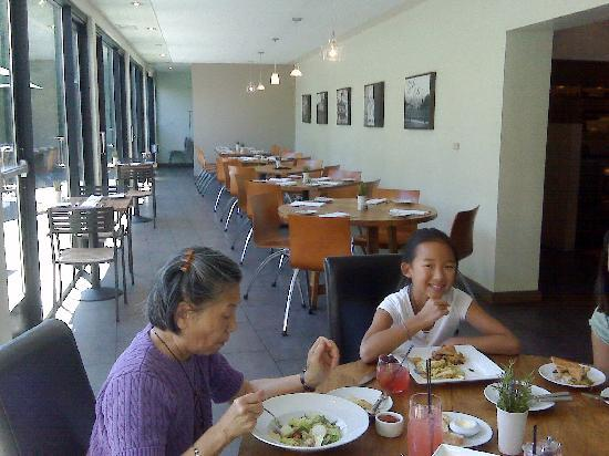 Lafayette, Kaliforniya: Indoor dining overlooking terrace