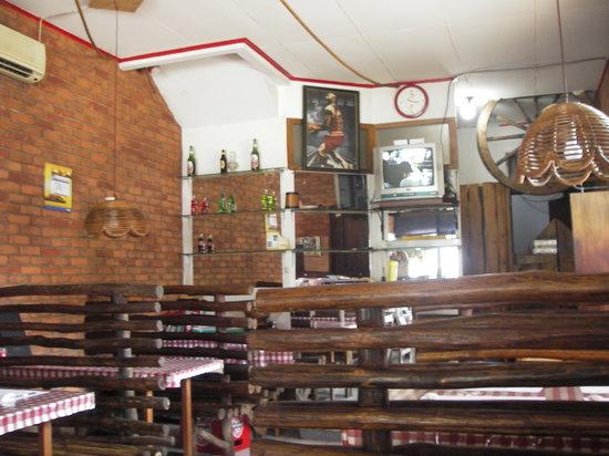 Warung Sop Buntut H. Soedik : 素朴な店内です