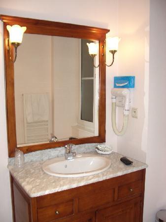 Hotel La Ferriere: バスルームもわりと広めで窓があります