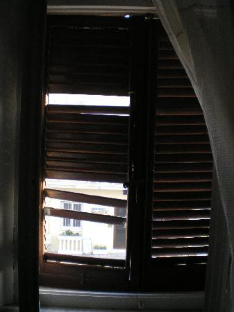 Hotel Pensione Eden: persiana sconnessa