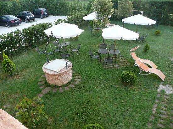 Bed & Breakfast Fonte dei Tufi: Backyard breakfast area (2)