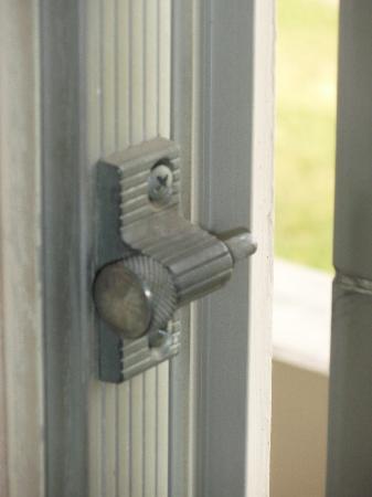 Waterford Estates Lodge: Lock on sliding door not very secure.
