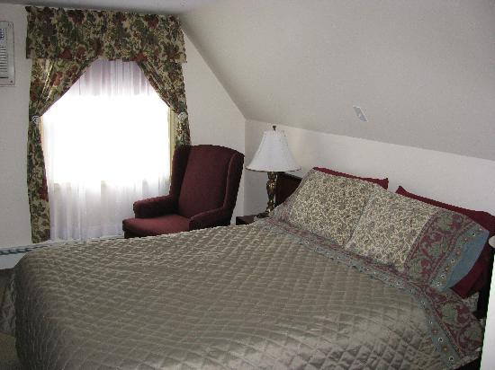 The Harbour House: Queen compact room